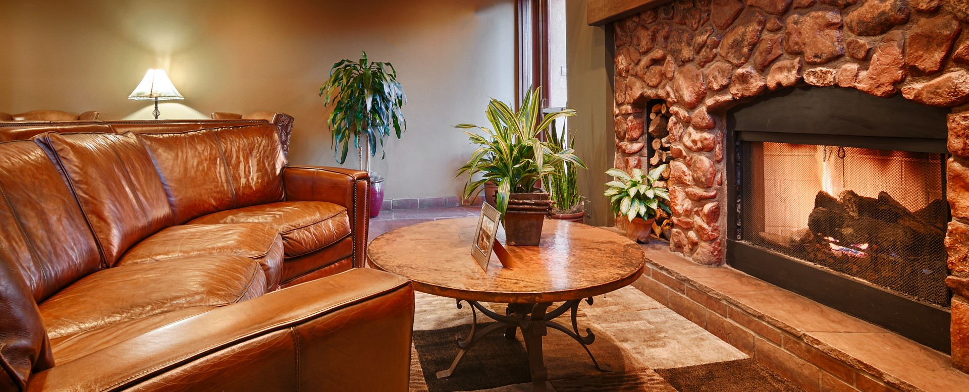 Sky Rock Inn of Sedona-Lobby Seating and Fireplace